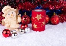 Muñeco de nieve con las bolas de la Navidad en nieve Foto de archivo libre de regalías