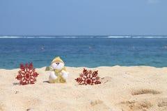 Muñeco de nieve con los copos de nieve rojos Imágenes de archivo libres de regalías