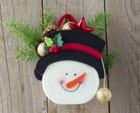 Muñeco de nieve con los regalos en el escritorio de madera Fotografía de archivo libre de regalías