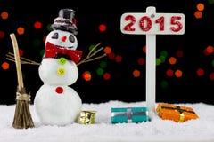 Muñeco de nieve con un poste indicador 2015 Imagen de archivo libre de regalías