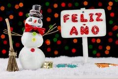 Muñeco de nieve con un poste indicador de la Feliz Año Nuevo Fotos de archivo libres de regalías