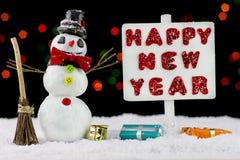 Muñeco de nieve con un poste indicador de la Feliz Año Nuevo Fotografía de archivo libre de regalías