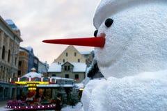 Muñeco de nieve con una nariz roja en la ciudad en la Navidad y el Año Nuevo Fotos de archivo