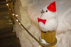 Muñeco de nieve contra escena de la noche del invierno Fotografía de archivo libre de regalías