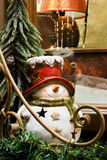 Muñeco de nieve de cerámica en el travesaño de la ventana Imagen de archivo