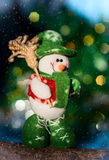 Muñeco de nieve de la materia textil en un registro Foto de archivo