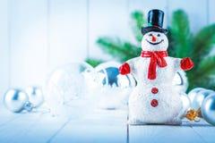 Muñeco de nieve de la Navidad con la decoración de las bolas de cristal Fotografía de archivo