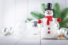 Muñeco de nieve de la Navidad con la decoración de las bolas de cristal Fotos de archivo