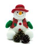 Muñeco de nieve de la Navidad con los conos del pino. Imagenes de archivo