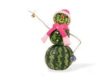 Muñeco de nieve de la Navidad de la sandía con la campana y decoraciones de la Navidad en sombrero rosado y la bufanda aislados C Imagen de archivo libre de regalías