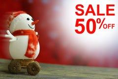 Muñeco de nieve de la Navidad de la venta el 50% en fondo del bokeh Imágenes de archivo libres de regalías