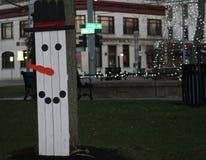 Muñeco de nieve de madera y una Navidad blanca Imágenes de archivo libres de regalías