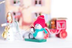 Muñeco de nieve decorativo del juguete de la Navidad Imagenes de archivo