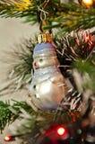 Muñeco de nieve decorativo en el árbol de navidad Imagenes de archivo