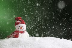 Muñeco de nieve decorativo en el fondo del color, espacio para el texto fotografía de archivo libre de regalías