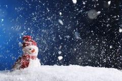 Muñeco de nieve decorativo en el fondo del color, espacio para el texto fotos de archivo libres de regalías