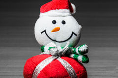 Muñeco de nieve decorativo que sonríe en un fondo blanco y negro Imágenes de archivo libres de regalías