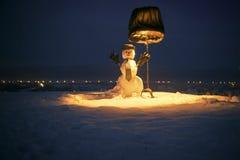 Muñeco de nieve del Año Nuevo de la nieve en sombrero, guantes y lazo Imagen de archivo