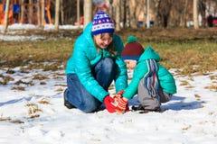Muñeco de nieve del edificio de la madre y del hijo en invierno Imágenes de archivo libres de regalías