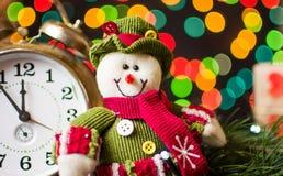 Muñeco de nieve del juguete contra fondo festivo Fotografía de archivo libre de regalías