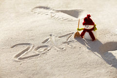 Muñeco de nieve del juguete en la arena Foto de archivo libre de regalías