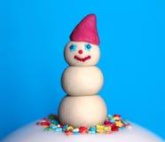 Muñeco de nieve del mazapán en fondo azul fotografía de archivo