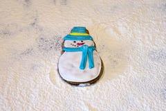 Muñeco de nieve del pan de jengibre, floured Fotografía de archivo