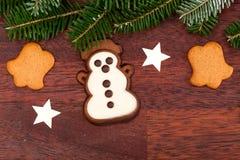 Muñeco de nieve del pan de jengibre y ramita spruce Imagenes de archivo