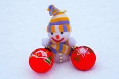 Muñeco de nieve del ` s del Año Nuevo con los juguetes en la nieve Fotos de archivo libres de regalías