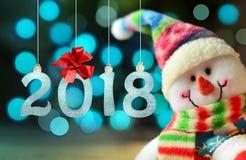 Muñeco de nieve divertido con las luces en el fondo Feliz Año Nuevo 2018 Fotografía de archivo