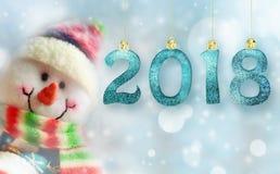 Muñeco de nieve divertido con las luces en el fondo Feliz Año Nuevo 2018 Imagen de archivo