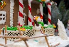 Muñeco de nieve divertido del azúcar cerca del pan de jengibre hecho en casa nevado grande h Imagenes de archivo