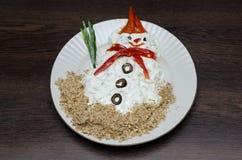 Muñeco de nieve divertido hecho del souce blanco en placa Fotos de archivo libres de regalías