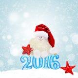 Muñeco de nieve en el sombrero de santa Año Nuevo 2016 Foto de archivo libre de regalías
