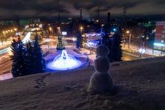 Muñeco de nieve en el tejado al lado del cuadrado adornado a de Komsomolskaya Foto de archivo
