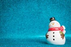 Muñeco de nieve en fondo chispeante Imágenes de archivo libres de regalías