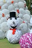 Muñeco de nieve en fondo del árbol de navidad Fotos de archivo libres de regalías