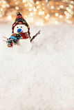 Muñeco de nieve en fondo nevoso Imagenes de archivo