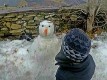 Muñeco de nieve en invierno fotos de archivo