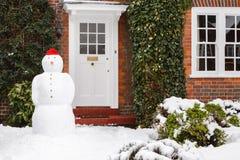 Muñeco de nieve en jardín Fotografía de archivo libre de regalías