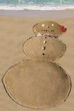 Muñeco de nieve en la arena - diversión en la playa en invierno - Maui, Hawaii Imágenes de archivo libres de regalías