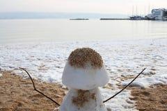 Muñeco de nieve en la playa Fotos de archivo