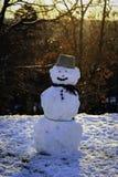 Muñeco de nieve en la salida del sol fotografía de archivo