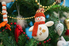 Muñeco de nieve en un árbol de navidad festivo Imágenes de archivo libres de regalías