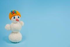Muñeco de nieve en un fondo azul Imagen de archivo libre de regalías