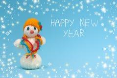 Muñeco de nieve en un fondo azul Feliz Año Nuevo Imagen de archivo libre de regalías