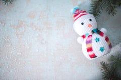 Muñeco de nieve en un fondo de madera Vida del ` todavía s del Año Nuevo Fotos de archivo