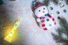 Muñeco de nieve en un fondo de madera Vida del ` todavía s del Año Nuevo Foto de archivo