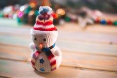 Muñeco de nieve en un fondo de madera Vida del ` todavía s del Año Nuevo Imagen de archivo libre de regalías