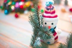 Muñeco de nieve en un fondo de madera Vida del ` todavía s del Año Nuevo Fotos de archivo libres de regalías